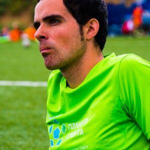Фото тренер из Барселоны Марк наблюдает игру