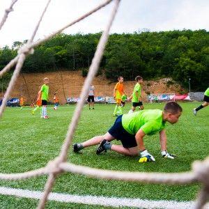 Вратарь отбивает мяч. Фото из лагеря по футболу