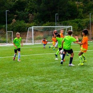 Борьба за мяч в матче. Футбольный лагерь в Крыму