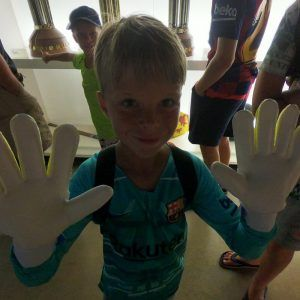 захар купил перчатки в фаншопе