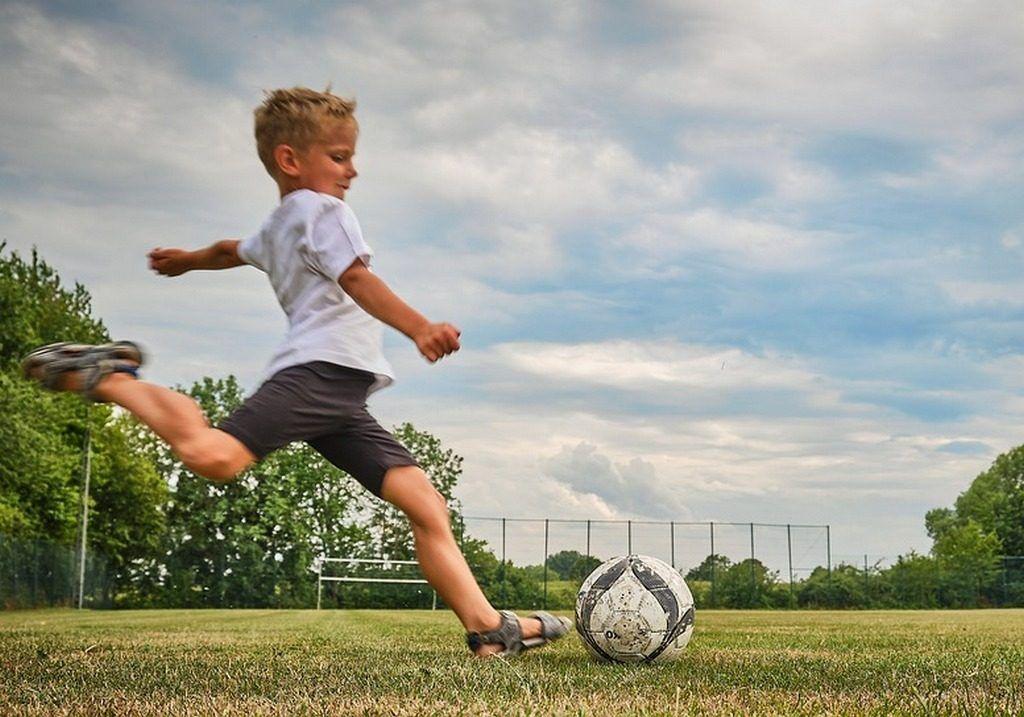 фото мальчик бьет по мячу