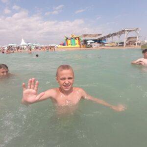 фото мальчик машет из воды