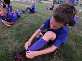 фото ребенок в лагере Планета Спорта завязывает шнурки