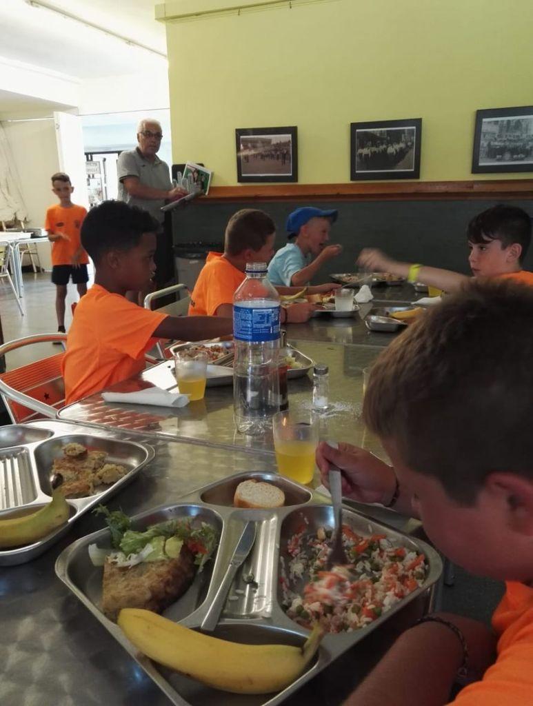 фото из столовой лагеря в Барселоне
