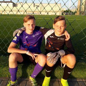 фото два футболиста в лагере
