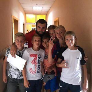 фото Гиоргий с детьми в лагере