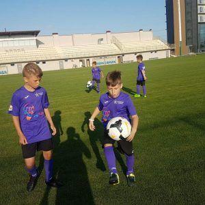 фото два мальчика на поле с мячом