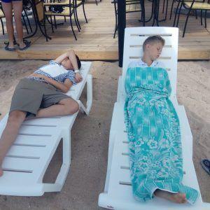 Планета Спорта Евпатория 2018-31 спят на пляже