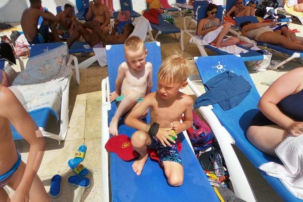 фото в аквапарк двое на шезлонге