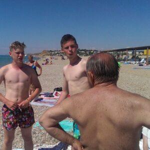 фото с ребятами и доктором в Крыму