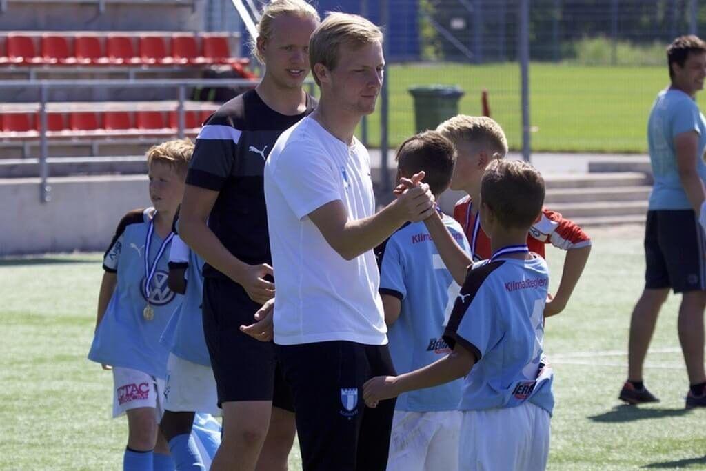 фото тренер хлопает игрока за руку