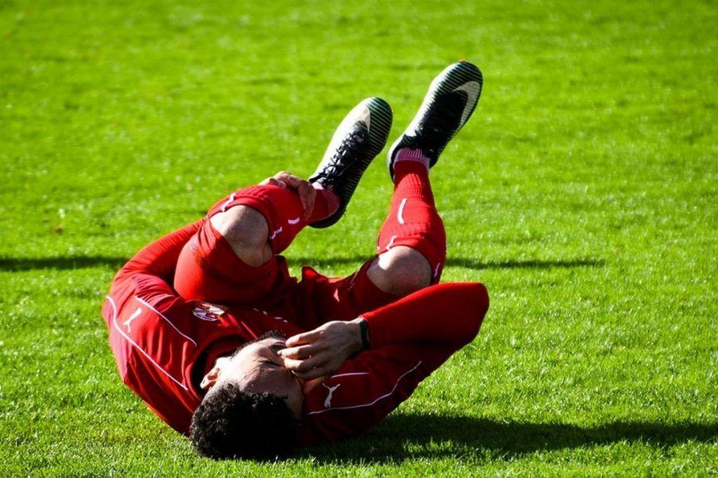 фото игрок на траве лежит