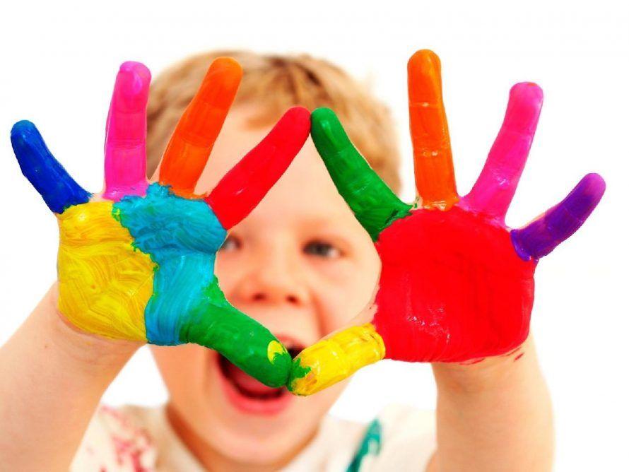 фото_ребенок_в_краске_руки