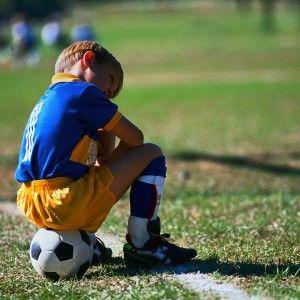 футбольный лагерь Планета Спорта в Греции мальчик на мяче